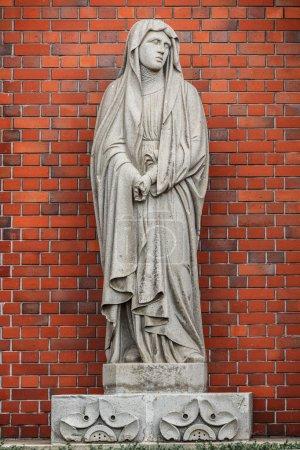 Photo pour Statue de la Vierge Marie qui a survécu, cependant, a laissé la marque de l'explosion qui a les doigts ont été coupés par la bombe atomique. - image libre de droit
