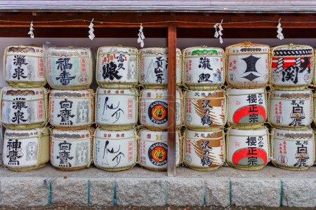 Photo pour Vieille culture japonaise donner du saké aux sanctuaires comme offrande pour les Dieux . - image libre de droit