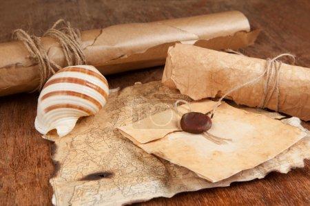 Photo pour Empilement de vieux papiers anciens et carte au trésor - image libre de droit