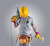 Ein Helm mit einem Hammer und einem Bohrer-Generator