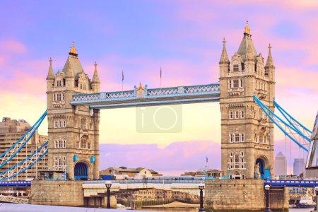 Photo pour Pont de la tour au magnifique coucher du soleil. un du plus populaire historique à Londres, Royaume-Uni (uk) - image libre de droit