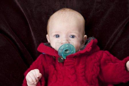 Imagen de bebé caucásico chupando un chupete