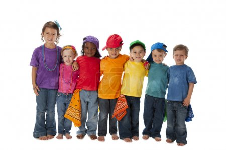 Photo pour Une image de toute la longueur d'un groupe d'enfants divers des différentes ethnies debout avec les bras autour de l'autre une équipe en vêtements colorés. - image libre de droit