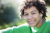 adolescent de race mixte assis dans la lumière du soleil