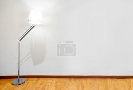 Photo pour Mur vide avec espace conforme et lampe - image libre de droit