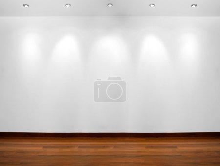 Foto de Pared blanca vacía con 3 focos y piso de madera - Imagen libre de derechos