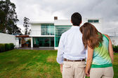 jeune couple regarder nouvelle grande maison