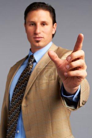 Photo pour Homme d'affaires touchant écran numérique - image libre de droit