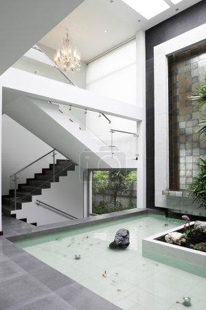 Photo pour Design d'intérieur : Escaliers et cascade - image libre de droit