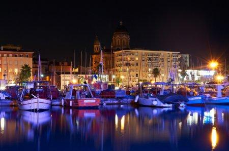 Photo pour Port de mer la nuit avec des bateaux sur la Côte d'Azur - image libre de droit