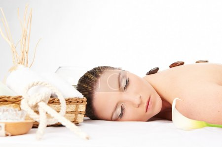 Photo pour Femme de Spa. belle jeune femme se détendre dans le spa - image libre de droit