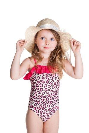Foto de Feliz niña rubia en traje de baño rosa con sombrero sobre fondo blanco - Imagen libre de derechos