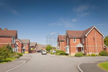 Photo pour Assez de nouvelles maisons et jardins contre un ciel bleu clair étés. - image libre de droit