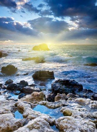 Photo pour Pierres au bord de la mer au coucher du soleil - image libre de droit