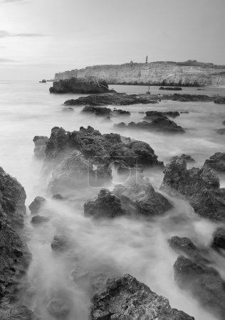 Photo pour Brouillard et pierres sur la plage. Composition nature-noir et blanc - image libre de droit