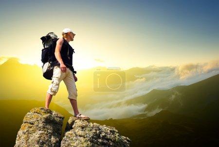 Photo pour Touriste sur le rocher. Concept de sport et de vie active - image libre de droit