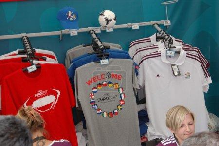 Photo pour Wroclaw, Pologne - 8 juin : Boutique officielle offre nationale t-shirts à vendre avant le premier match de l'euro 2012 sur 8 juin 2012 à wroclaw. l'euro 2012 se déroulera du 8 juin-1er juillet 2012 organisée en Pologne et en ukraine. - image libre de droit