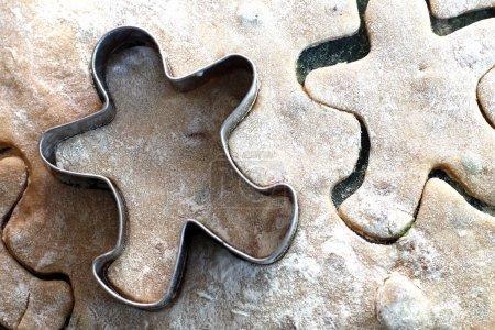Photo pour Cookies homme pain d'épice avec un emporte-pièce en cuivre - image libre de droit