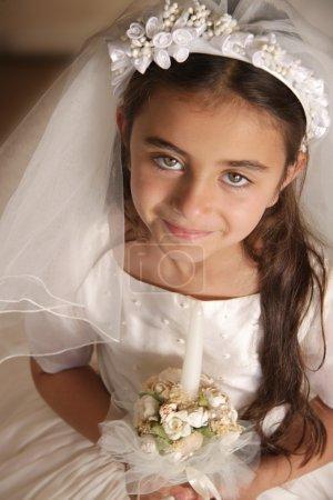 Photo pour Enfant habillé pour sa première communion avec robe blanche et voile - image libre de droit