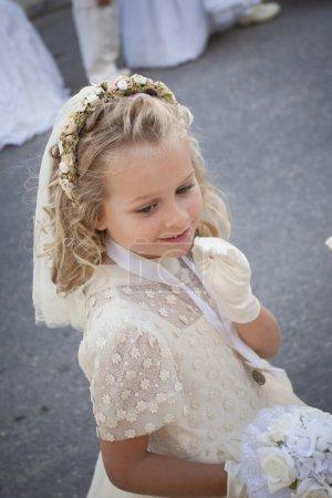 Photo pour Une jeune enfant faisant sa première sainte communion - image libre de droit
