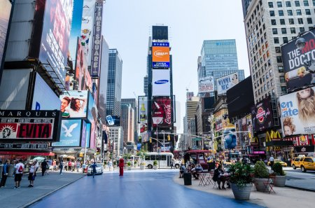 Photo pour NEW YORK CITY - 12 JUILLET : Asseyez-vous aux tables de Times Square. Times Square est une intersection commerciale majeure de Midtown Manhattan, New York, à la jonction de Broadway et de Seventh Avenue.Times Square est la plus visitée au monde - image libre de droit