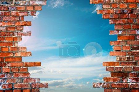 Photo pour Mur de briques avec trou - image libre de droit
