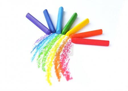 Photo pour Enfants dessinés arc-en-ciel et des crayons colorés isolés sur fond blanc - image libre de droit