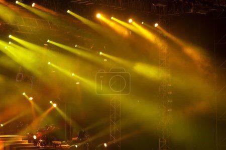 Photo pour Image de lumières de la scène jaune, épais brouillard crée drame - image libre de droit