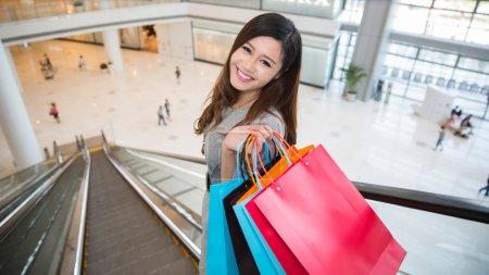 Photo pour Belle jeune femme shopping Mall, portant des sacs shopping permanent sur l'escalator - image libre de droit