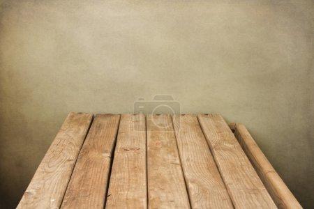 Photo pour Arrière-plan avec plateau en bois sur le mur de grunge - image libre de droit