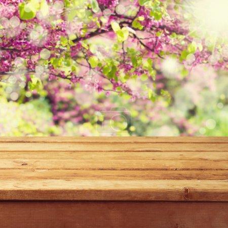 Photo pour Table de terrasse en bois vide sur beau fond de printemps - image libre de droit