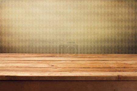 Photo pour Arrière-plan avec table de terrasse en bois et papier peint rétro vintage - image libre de droit
