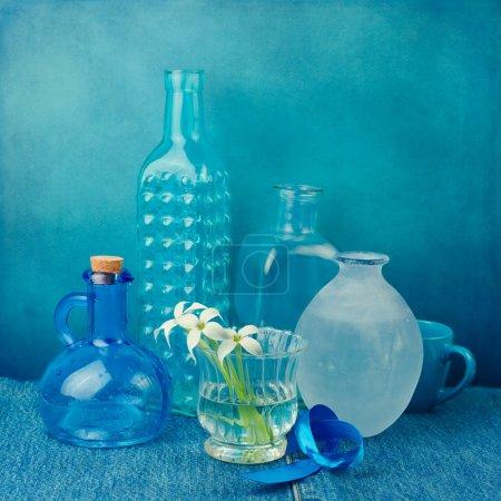 Photo pour Nature morte avec des bouteilles dans les tons bleus - image libre de droit