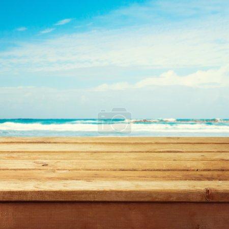 leere hölzerne Liegetisch über Meer Hintergrund
