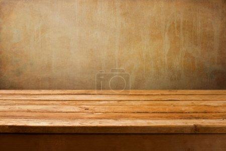 Photo pour Fond vintage avec table de terrasse en bois sur le mur grunge - image libre de droit