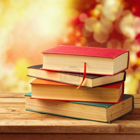 Photo pour Vieux livres vintage sur table en bois sur beau fond d'automne bokeh. Concept de retour à l'école - image libre de droit
