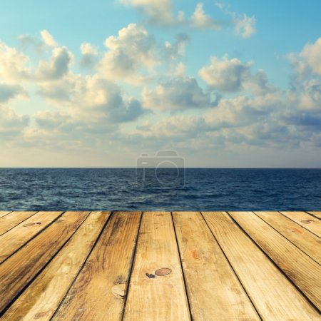 Photo pour Plancher de pont en bois sur beau fond de mer et de ciel - image libre de droit
