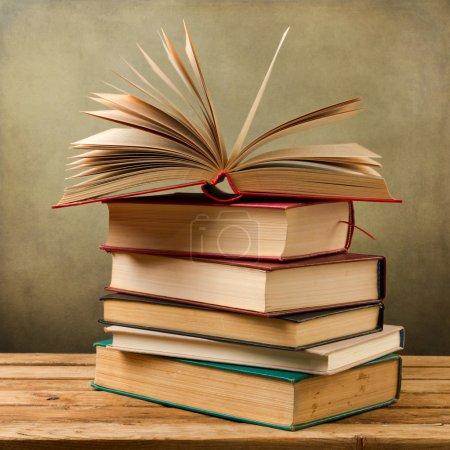 Photo pour Vieux livres vintage sur table en bois sur fond grunge - image libre de droit