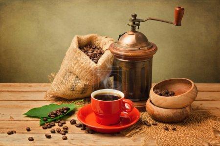 Photo pour Coupe de café chaud et broyeur sur table en bois - image libre de droit