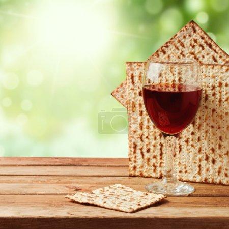 Photo pour Fond avec matzo et vin pour la célébration juive de la Pâque - image libre de droit