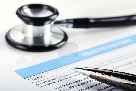 Photo pour Remplir le formulaire médical, document, stéthoscope - image libre de droit