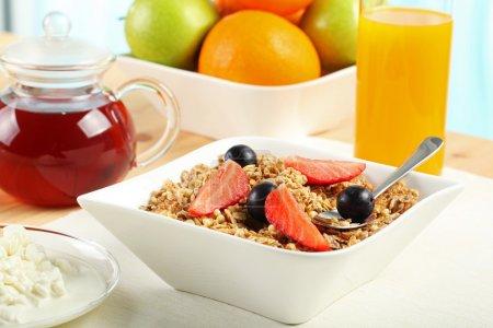 Photo pour Table Petit déjeuner - Petit déjeuner continental, fruits, céréales, jus d'orange et lait - image libre de droit