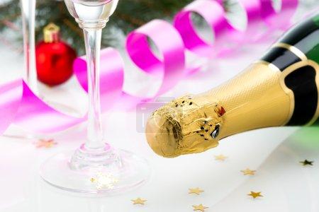 Photo pour Verres et bouteille de champagne, serpentine isolée sur fond blanc. Fête. Nouvelle année de conception de carte avec Champagne. Scène de Noël . - image libre de droit