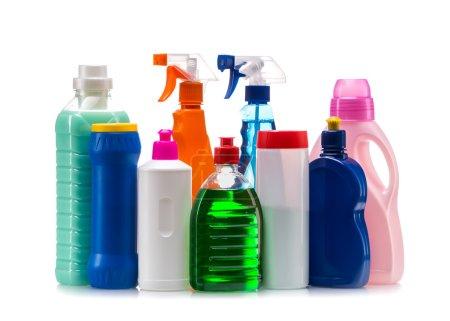 Photo pour Nettoyage produit contenant en plastique pour une maison propre sur fond blanc - image libre de droit