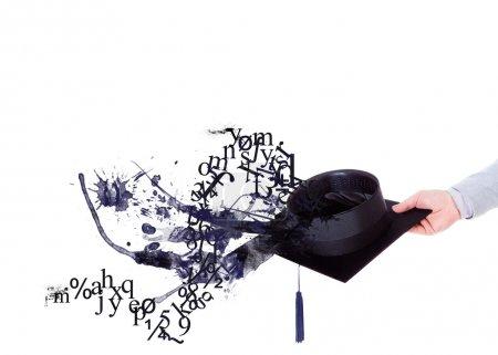 Photo pour Bras tendu tenant le toque avec chiffres et peinture - image libre de droit