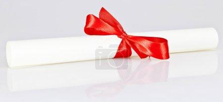 Photo pour Certificat de parchemin réflexe sur blanc - image libre de droit