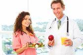 Infirmière et médecin avec des aliments de santé