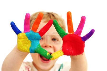 Photo pour Garçon de cinq ans avec les mains peintes dans des peintures colorées prêtes pour les empreintes de main - image libre de droit