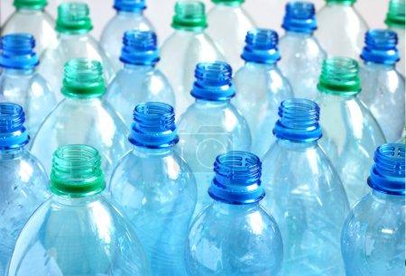 Photo pour Beaucoup de bouteilles d'eau vides. DOF peu profond . - image libre de droit