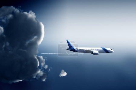 Foto de Forma de avión se escapa de una nube de tormenta en la vista panorámica - Imagen libre de derechos